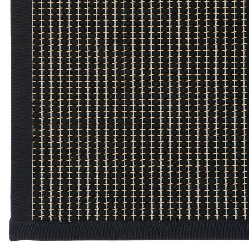 Čierny kusový koberec Lyyra tkaný z bavlny a papierového vlákna od fínskeho výrobcu VM-Carpet