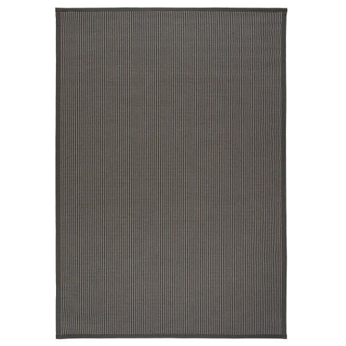 Tmavo sivý kusový koberec Lyyra tkaný z bavlny a papierového vlákna od fínskeho výrobcu VM-Carpet