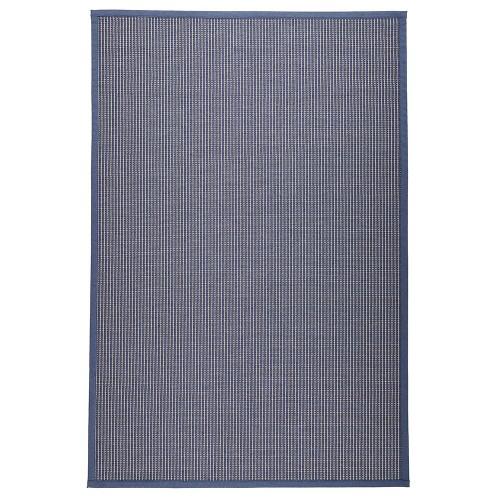 Modrý kusový koberec Lyyra tkaný z bavlny a papierového vlákna od fínskeho výrobcu VM-Carpet