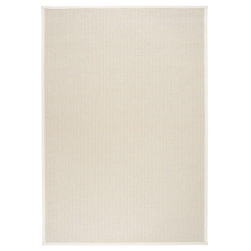 Biely kusový koberec Lyyra tkaný z bavlny a papierového vlákna od fínskeho výrobcu VM-Carpet