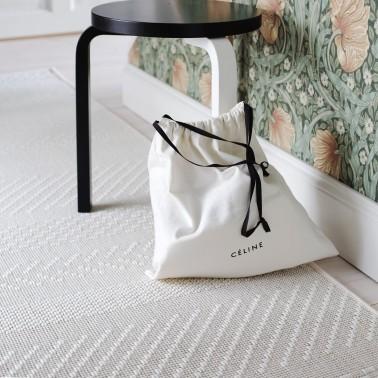 Biely kusový koberec Matilda fínskej značky VM-Carpet z vlny a papierového vlákna
